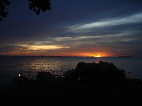 The Sunset Village Beach Resort: Sunset from restaurant