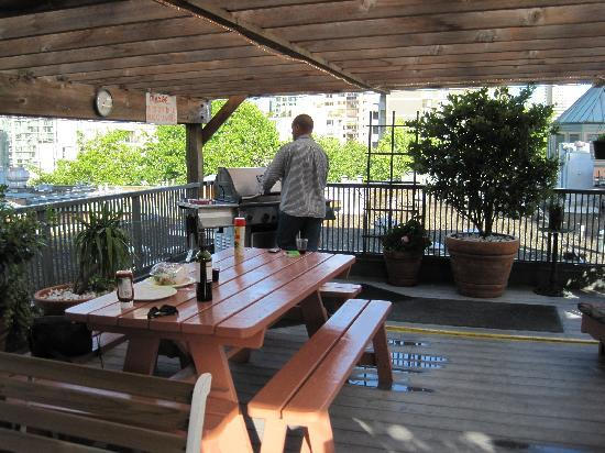 Times Square Suites Hotel : Rooftop Patio with BBQ