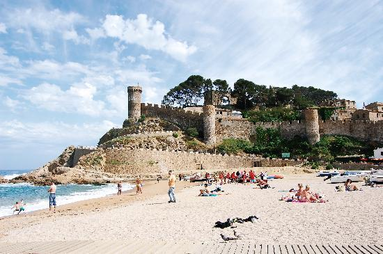 Hotel GHT Oasis Tossa & SPA: Castle view from beach