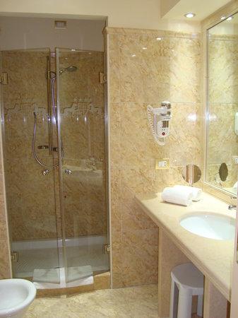Hotel Panorama: Baño de la habitación