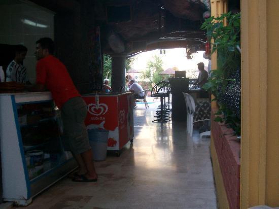 Kleopatra Apartments: bar area.