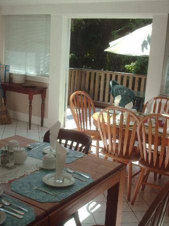 Cambie Lodge Bed & Breakfast: Breakfast area inside and out