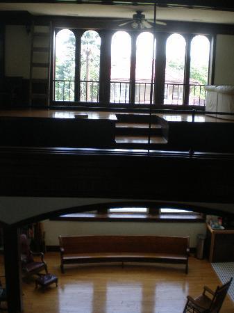 Mc Grady Inn: Looking over the indoor balcony