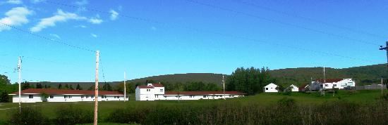 Margaree Riverview Inn: View to the 2 buildings with the Standard rooms