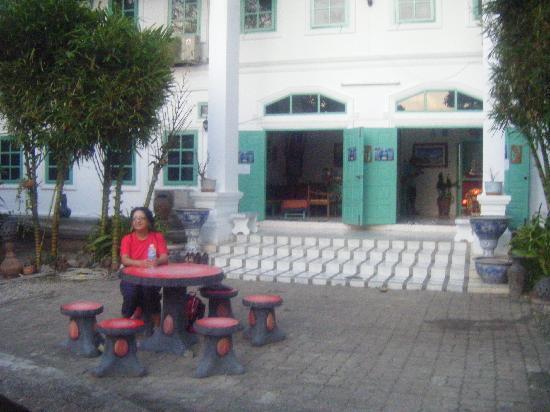 Sabaidee Guesthouse : repos dans l entree d l hotel