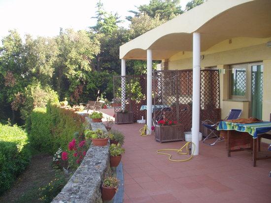 Bed & Breakfast La Collina : La terrazza su cui si affacciano le tre camere