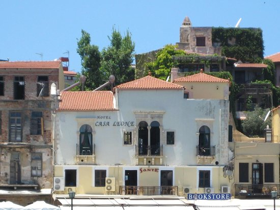 Casa Leone Boutique Hotel : View of Casa Leone from across the harbour