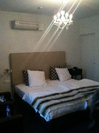 Quartier Du Port : Bedroom with chandelier