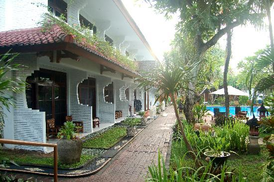 Hotel Sinar Bali: Two levals of rooms surround the pool garden, each with a veranda or balcony.