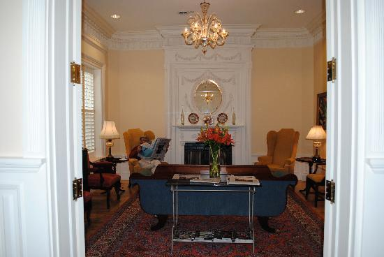 Embassy Circle Guest House: The lounge