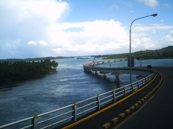 Tacloban, Filippinerna: view of Samar province from the bridge