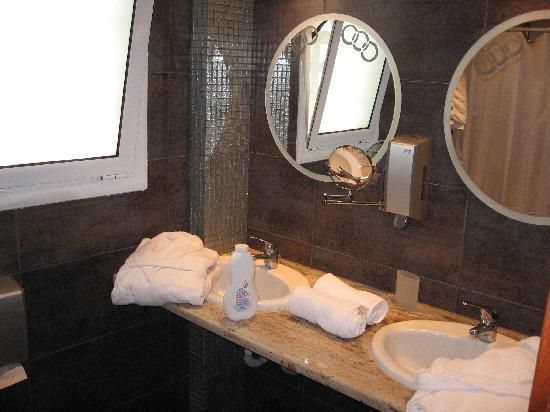 Americana Hotel: Bathroom