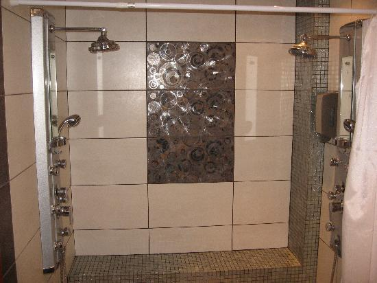 Americana Hotel: Bathroom Double Shower