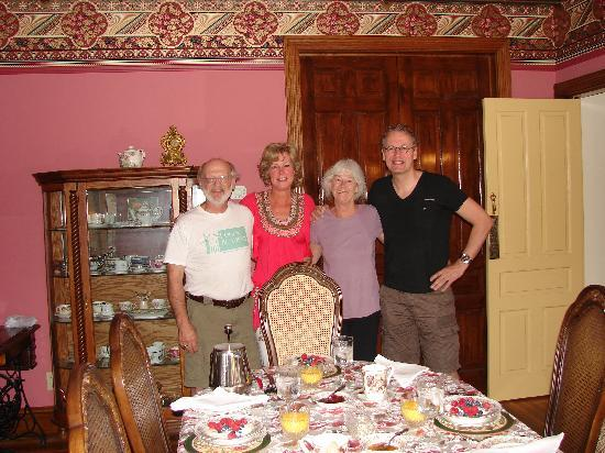 Lady Linden Bed and Breakfast: together with Jean & Jim for another delicious breakfast