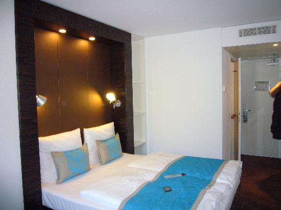 Gro es 2 er bett bild von motel one berlin bellevue for Zimmer motel one