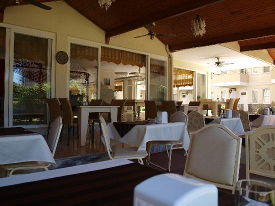 Bora Bora : Resteurant, lobby pool table fantastica