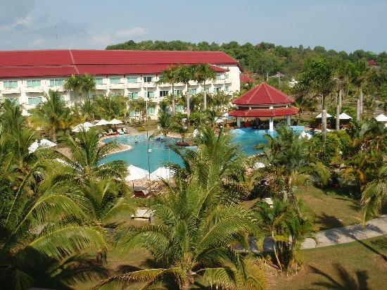 Sokha Beach Resort: Balcony view of pool and gardens