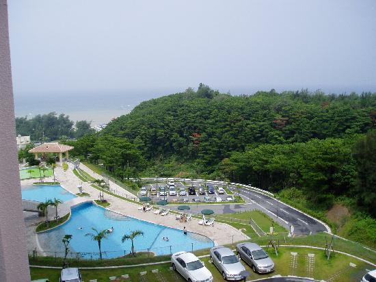Okinawa Marriott Resort & Spa: 部屋から海が小さく見えますが、駐車場が。。