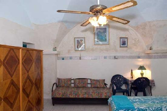 Simcha Leah's Bed and Breakfast: Not shown in photo is coffee corner, microwave, fridge, bathroom with shower/tub