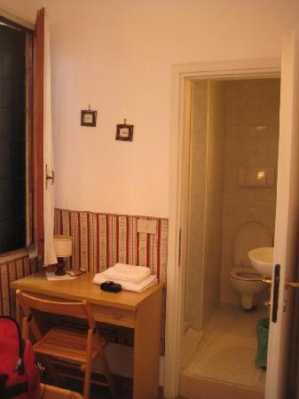 Locanda Ca' Foscari: Other window, desk, bathroom. Behind me was my bed.