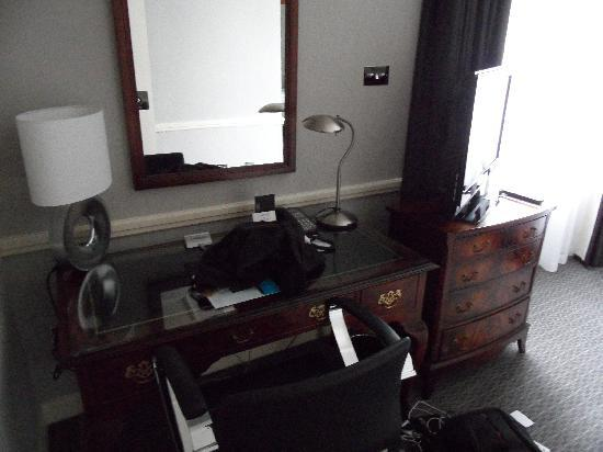 Le Meridien Piccadilly: Desk In Bedroom