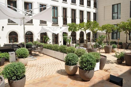 Hotel Palacio de Villapanes: Outside courtyard
