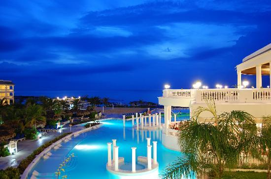 Grand Palladium Jamaica Resort & Spa: Side of the pool at night