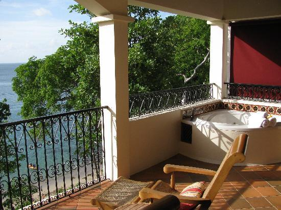 Cap Maison: Jacuzzi & view of beach from upstairs balcony