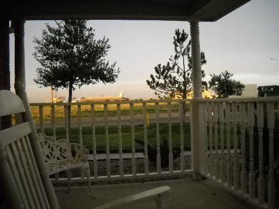 Country Inn & Suites By Carlson, Amarillo I-40 West: Cute porch to sit on and watch the sunset.