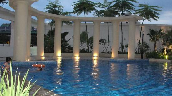 pool area at night picture of park hotel clarke quay singapore tripadvisor. Black Bedroom Furniture Sets. Home Design Ideas