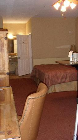 Ayres Suites Corona West: desk inside the door, thru to bed & sink