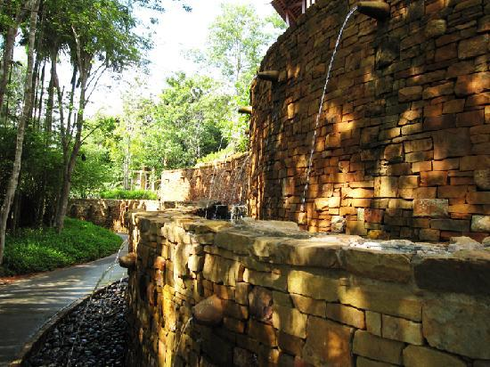 Phulay Bay, A Ritz-Carlton Reserve: wall of water to cool the path