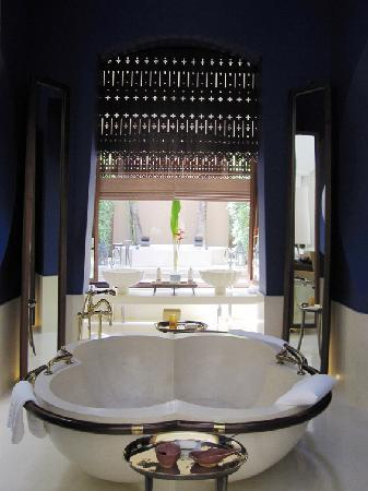 Phulay Bay, A Ritz-Carlton Reserve: beautiful bathtub sets the drama for the room