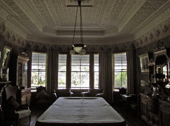 Kauri House Lodge : これがビリヤード台のある客間