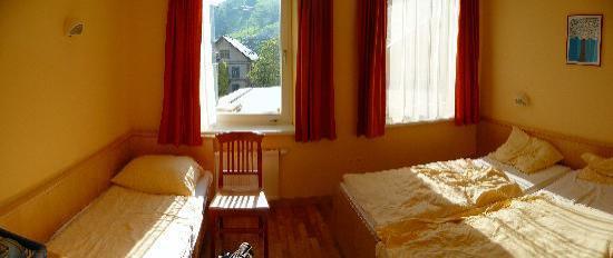 JUFA Hotel Schladming: Zimmer, hatten Doppelzimmer gebucht, 3tes Bett als Ablage ganz praktisch