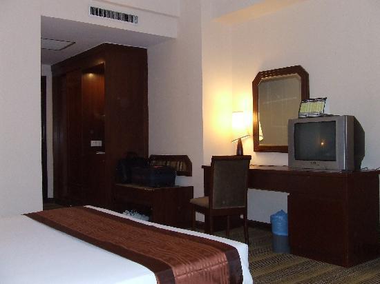 Crystal Crown Hotel: Standard bedroom