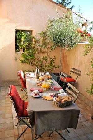 La Maison de Carlotta : Breakfast on the terrace