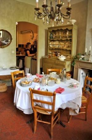 La Maison de Carlotta : Breakfast in the dining room - Aline in background