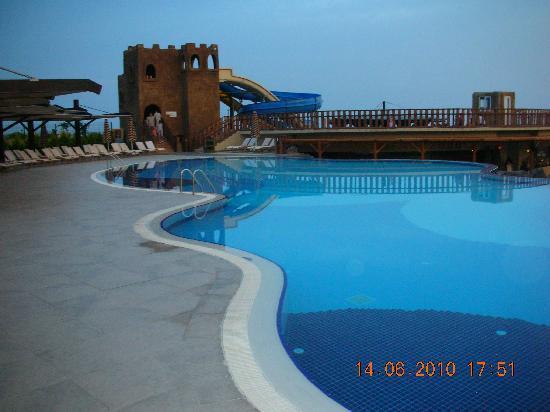 Adalya Resort & Spa: Abends am Pool