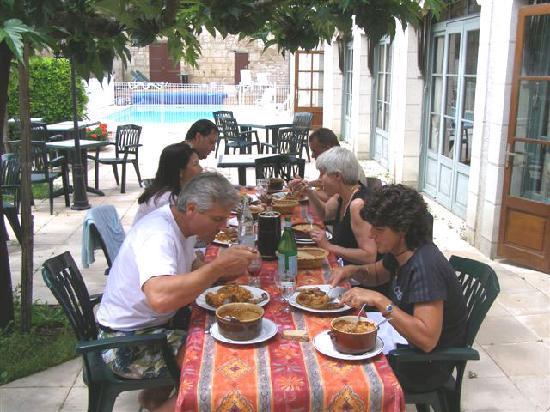 Hostellerie du Perigord Vert: repas en terrasse