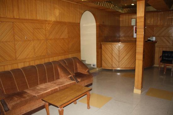 Hotel Dzojila: The hotel reception