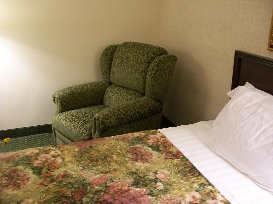 Drury Inn & Suites Houston The Woodlands: one of the beds and reclining chair