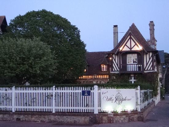 Hotel Villa Josephine: Exterior of hotel with gate