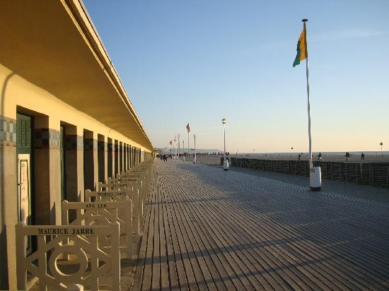 Hotel Villa Josephine : Deauville boardwalk