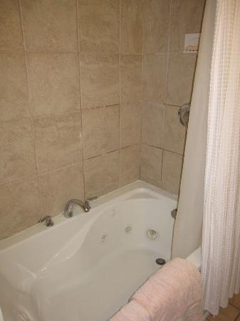 Mango Tree Inn: Poolside suite jacuzzi tub