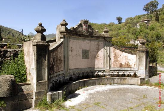 Francavilla di Sicilia, Itália: Fontana dei diciotto schicci