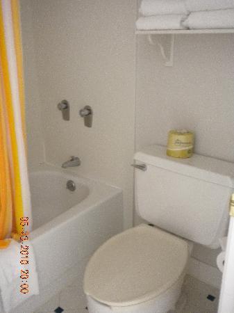 La Quinta Inn Cheyenne: bathroom