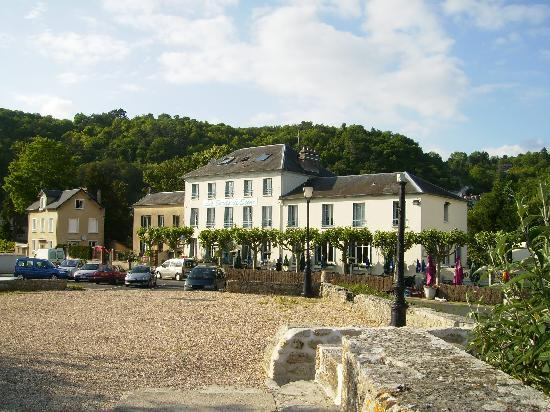 La Roche-Guyon, France: Hotel from riverside