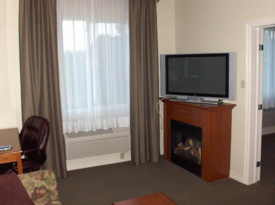 Holiday Inn Express Suites Gananoque: TV and 'Fireplace'