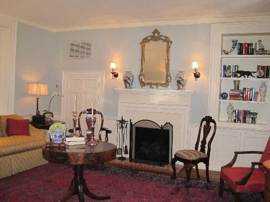 The Smithfield Inn Bed and Breakfast, Restaurant and Tavern: front parlor